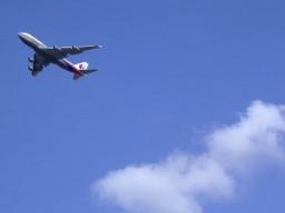 Im Flieger sollte man bei Reiseübelkeit den Sitz zurückklappen, sich hinlegen...