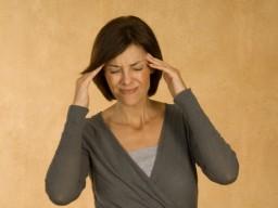 Frauen leiden häufiger unter chronischen Schmerzen als Männer.