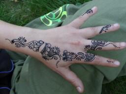 Henna-Tattoos im Ausland können schädliche Inhaltsstoffe haben.