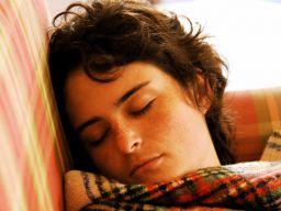 Eine US-Studie belegt: Wer ausreichend viel schläft, fördert den Fettabbau.